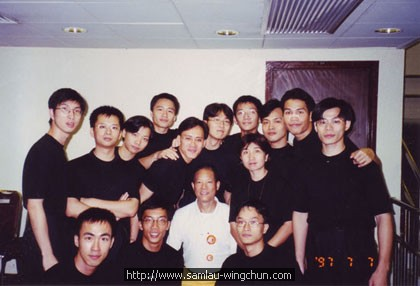 Dragon Dance Grandmaster - Ha Kwok Cheung took a photo with Wing Chun Moonlight Dragon Team Members for congratulations.