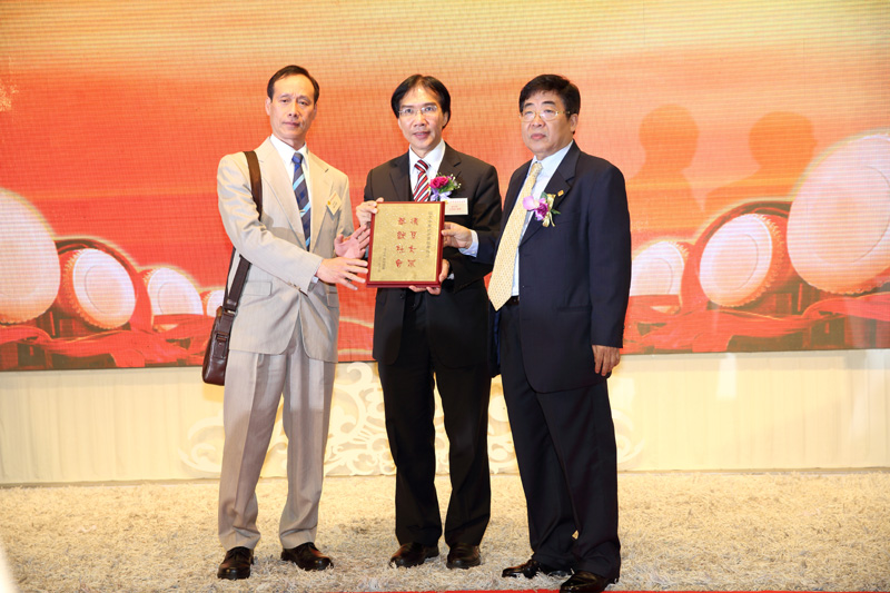 Give tablet on behalf of Shenzhen Wushu Association